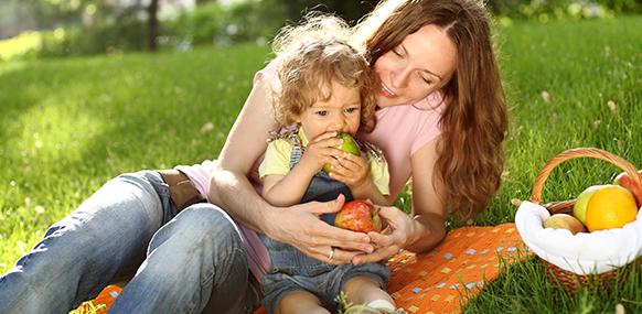 Familia comiendo fruta